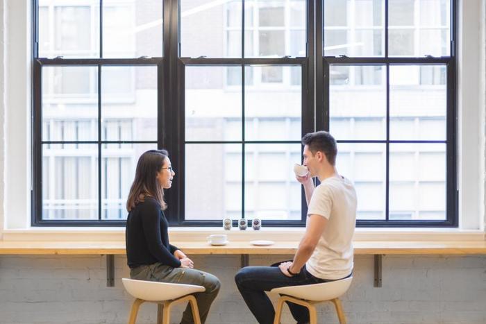 """話し下手な人が悩みがちなのが、""""会話が続かない""""ということ。でも実は、人と上手に会話できる人は、""""聞き役""""に回っていることが多いんです。まずは相手に興味を持ち、自分から質問することで会話を進めてみましょう。心を込めて相手の話を聞いていれば、自分がたくさん話さなくても和やかな時間を過ごせます。"""