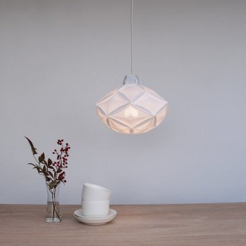 明るい食卓も素敵ですが、和紙を使った間接照明はいかがでしょう?毎日使うのなら、洋風のインテリアとも調和しそうなものを選びたいですね。