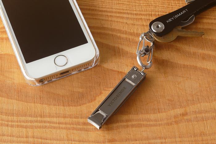 「VICTORINOX(ビクトリノックス)」の爪切りは、薄型でコンパクト。旅や出張時に持っていきやすいデザインです。