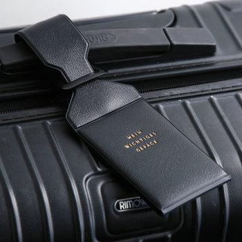 フライト中に荷物が迷子になることが時々あります。スーツケースにネームタグを付けて、行きはホテルや滞在先を記入しておきましょう。帰りは個人情報を保護するためにも住所を詳しく記入せず「JAPAN」と電話番号、苗字のみ書いておくのが良いかも。タグは、記入した文字が隠せるタイプだと安心ですね。この写真のデザインはICカードケース入れにもなって、普段も通勤バッグに取り付けて使えます。