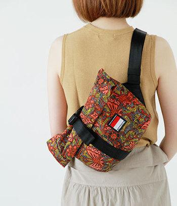 盗難の心配もある旅先では、簡単に開けられてしまわないバッグを持ち歩きましょう。こちらのデザインは、バッグ内側に小分け収納できるポケットがあり、ウエストバッグにもなるというのがポイント。布製でかさばらないという点も、旅行向け。 このほかどんなデザインにしても、人の多い観光地や電車の中などではバッグを体の前で持つのが盗難に合わないための防御策です。