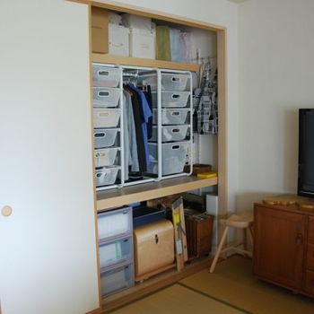 押入れの場合、天袋、上段、下段と棚が分かれています。一番上の天袋には普段使わない物を入れ、使いやすい上段には日常よく使うものをしまいます。