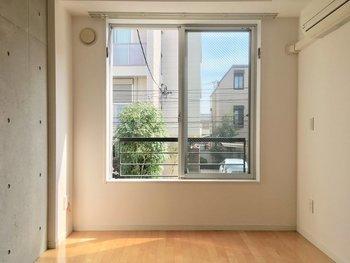 低い階は緑や地面が近く感じられるのが利点ですが、お向かいの窓があると、高いところに慣れている人は人目が気になってしまうことも…。  特に一階の道路沿いにあるお部屋は、せっかく窓がついていても道を歩く人の気配が気になったりすると、いつもカーテンを閉めていなければなりません。窓から見える景色をチェックするだけでなく、見られる状況もシミュレーションしておきましょう。