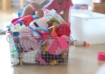 どんどん増えるおもちゃ。定期的に、子供と一緒に数を見直す機会を作りましょう。収納に見合った量に収めることで、子供自身のお片づけもしやすくなります。