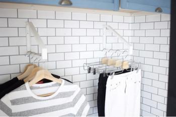 子供服をハンガー収納にすれば、子供でも自分の服を簡単に片付けることができます。持っている服をすぐ見渡せるので、朝の服選びも楽にできますね。