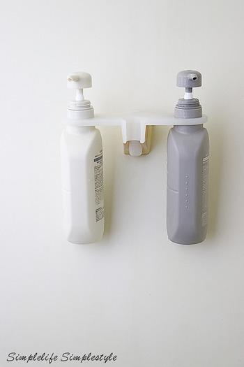 お風呂にシャンプーなどを置くと、ヌメリが気になります。なるべく吊るす収納にすることで、ヌメリ掃除の手間を省きましょう。シャワーラックに引っ掛けるタイプのフックが便利です。