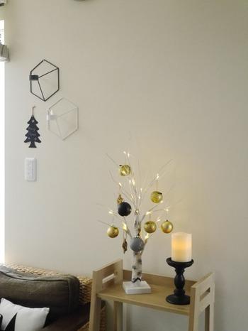 クリスマスに大きなツリーを飾ると管理が大変。あえて小さいツリーを選ぶ人も多いんです。子供が小さいうちは小さいツリー、大きくなってきたら大きなツリーにするなど、その時の状況に合った飾り付けを選んでみて。