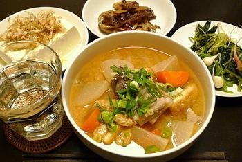 鱈のアラを使って出汁をとる、青森県津軽地方の郷土料理「じゃっぱ汁」。このじゃっぱとは、大雑把という意味と魚のアラと二つの言い合いがあり、「じゃっぱ汁」と呼ばれているそうです。鱈のアラは煮込めば煮込むほど美味しく奥深い味わいが出ます。大根やニンジン油揚げも入って体が芯から温まるふるさとの味。