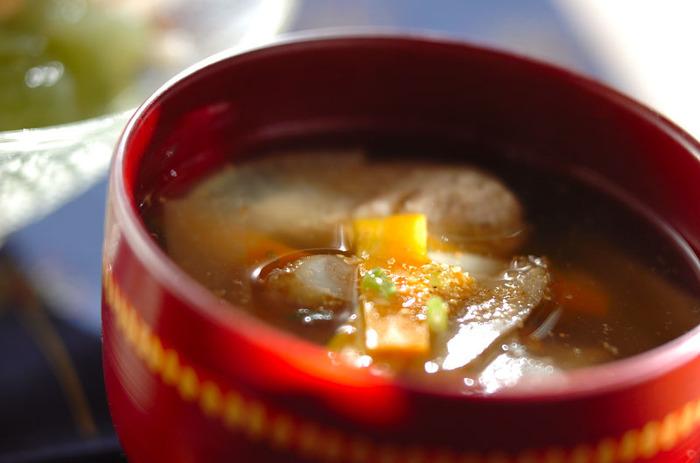 海に面しており漁港も多い千葉県で食卓に出されることが多いのがイワシをすって団子状に丸めたイワシのつみれ汁。カルシウムも摂取でき、少し体調が悪い時にいただくとしゃっきり元気になれそうな一杯です。