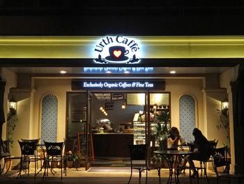 代官山と渋谷の中程にある、アメリカ・ロサンゼルスに本店を持つオーガニックコーヒーのお店。お料理やドリンクがすべてビックサイズ、テーブルの席番号を持ってレジにオーダーに行くなど、随所にアメリカを感じられるカフェです。