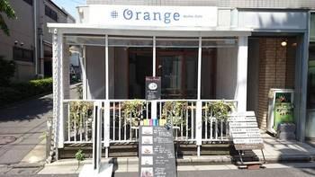 下北沢駅から歩いて2分程。オシャレなショップが軒を連ねるエリアにあるのが、ワッフル好きには有名なカフェ、オランジです。木のあたたかな雰囲気に包まれたコンパクトな店内は、いつもお客さんでいっぱいです。