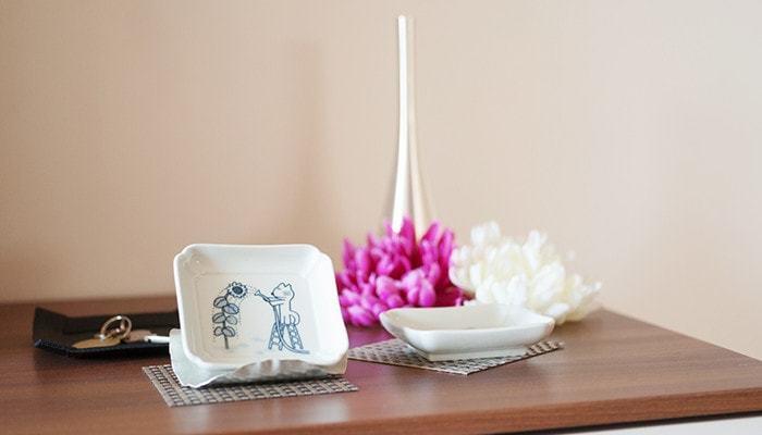 キュートで懐かしい絵柄の豆皿は、食卓だけでなくインテリアとして飾っても◎。12ヶ月に分かれているので、玄関先に可愛らしい絵柄の豆皿でさりげなく季節感を演出するのも良いかも。