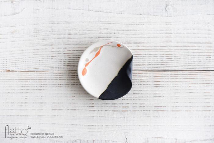 陶芸作家、安田宏定氏が一つ一つ丁寧に作った陶器の豆皿は、ふちが折り返っているので、箸置きにもなる優れもの。