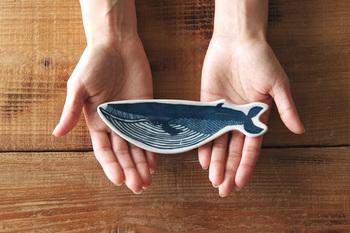 印判手皿とは、絵柄が印刷された和紙の転写紙を器に張り付けて、ひとつひとつ手仕事で指先で押さえつけて作られている皿のことです。