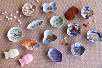 amabroと、有田焼のコラボレーションによって生まれた「MAME -まめ- 」は、江戸の元禄期の柄の下絵をベースとし、新たにamabroのアートの息吹を吹き込んだ、「富士山」、「鯛」、「松」など日本ならではの縁起物のモチーフを揃えた豆皿シリーズです。