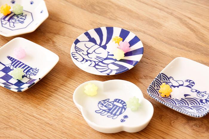 絵柄だけでなく、形もキュートな豆皿はテーブルの上にあるだけで、食卓を明るく楽しく演出してくれます。こちらの絵柄も形もキュートな豆皿のセットは、上記で紹介したリサ・ラーソン氏の猫の絵柄が可愛く染付された豆皿。