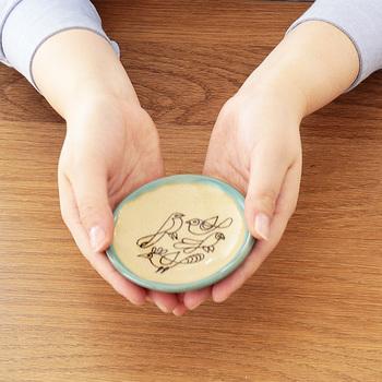 お皿は1寸(約3cm)を単位として、大皿、中皿、小皿、豆皿と呼び名が分かれます。小皿は直径15cm以下の皿で、豆皿は小皿の中でも小さい、直径10cm未満の皿を言います。