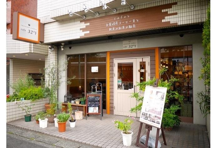 あざみ野駅西口から歩いて3分ほど。自家焙煎コーヒーだけでなく、新茶の紅茶にもこだわりをもつ店として、2010年にオープンしました。