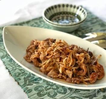 豚こまともやしだけで作るお手軽レシピ。片栗粉をまぶすのが美味しくなるポイント。甘辛い味付けで大人から子供まで大好きな一品♪