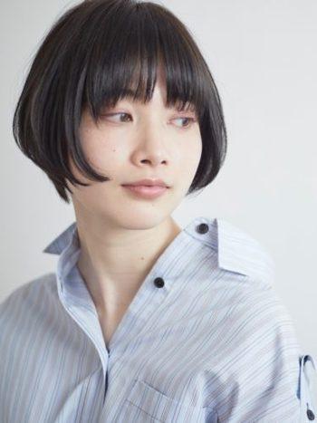 髪の美しさが引き立つようなシンプルなスタイル。 毛先のみニュアンスパーマをかけると、まとまりやすくきれいなシルエットになります。