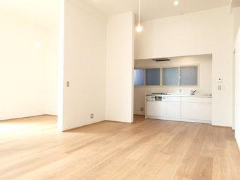 床は、心地よさの視点から見ると、自然素材の温かみがあり衝撃を吸収してくれるフローリングが一般的には好まれます。