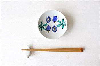 2009年に九谷焼技術研修所に入所し、2012年に金沢で作家活動を始めた今江未央氏による、九谷焼の豆皿(画像は豆皿 アケビ)。