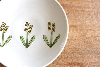 こちらは「取皿 菜の花」。真っ白な磁器にシンプルながらあたたかな雰囲気が漂う絵柄は、春の食卓に出せば、それだけで春ならではの、やわらかくおだやかな空間を演出してくれます。