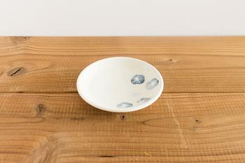 栃木県の窯業指導所を修了した後、茨城県笠間の工房勤務を経て、2010年に栃木県益子にて独立された、村田亜希氏による藍色の染付が素敵な、朝顔の豆皿。