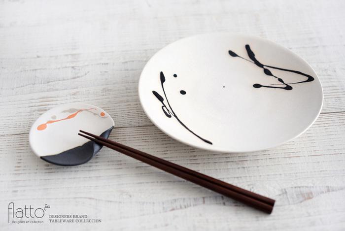 生成りのようなやさしい風合いの白と黒のツートンカラーに、明るいオレンジのラインが華やかで、全体が和モダンで上品に仕上がっているので、おもてなしの際、箸置き兼豆皿として活躍してくれそう。