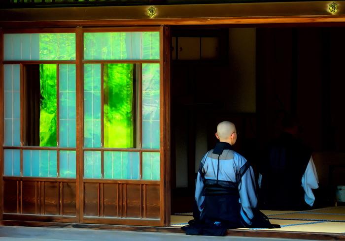 「禅」とは、仏語で「精神を集中させ、無我の境地に入る」ことを意味する言葉です。「座禅」という言葉がありますが、これは禅の教えを取り入れるための修行のひとつだといわれています。