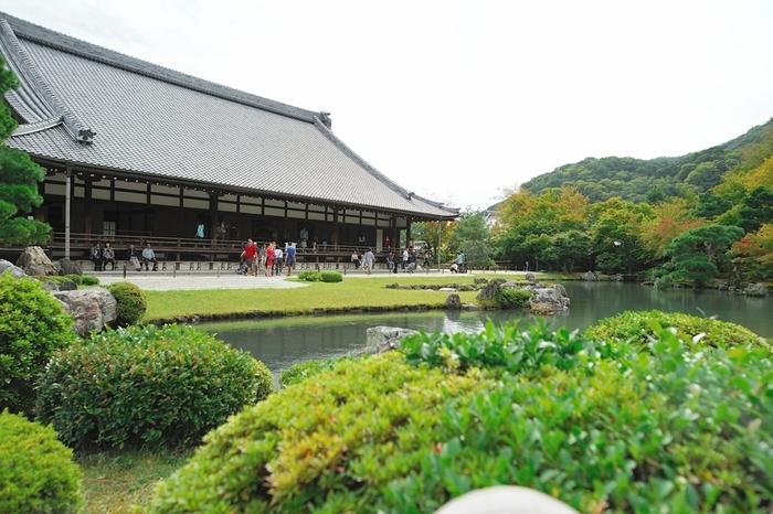 京福電鉄嵐山線の嵐山駅で下車すると、目前に見えるのが「天龍寺」です。天龍寺は後醍醐天皇の菩提を弔うために創建された禅寺です。嵐山や渡月橋など京都でも人気の観光スポットは、もとは天龍寺境内にあったものと伝えられています。8回にも渡る火災や応仁の乱による多大な被害を受け、再建を繰り返してきた歴史があります。