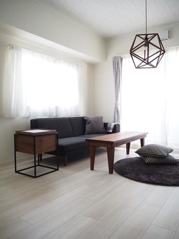 ダーク系カラーの家具で揃えた、落ち着いた空間。高さが低い家具で揃えると、圧迫感がなくすっきりして居心地の良いスペースになります。