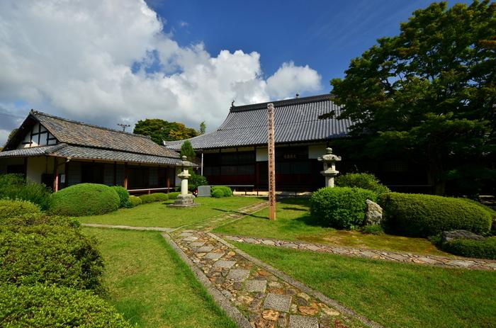 京都の風物詩として有名な大文字山の北に位置する「鷹峰山 源光庵(ようほうざん げんこうあん)」です。源光庵は元々臨済宗でしたが、後に曹洞宗のお寺として再興されました。本堂の天井は落城した伏見城の遺構によって、その悲劇を今も尚語り継がれています。いわゆる血天井というものです。