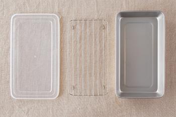 こちらはステンレス製ですが、スリムタイプのバッドは、食材を平たくして保存するのにとても便利。しかも、水切りアミと、開けやすいようにつまみが付いているポリエチレン製のフタもセットになっているので冷凍庫でスタッキングして保存できて◎。