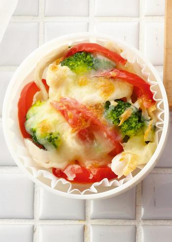 ■ブロッコリーとチキンのチーズ焼き 冷凍ブロッコリーとパプリカ、鶏ささみ、チーズで作るチーズ焼きのレシピ。ブロッコリーの緑とパプリカの赤にチーズの組み合わせが、見た目も味も抜群に仕上げてくれて、ちょっとしたパーティーレシピにも使えそう。