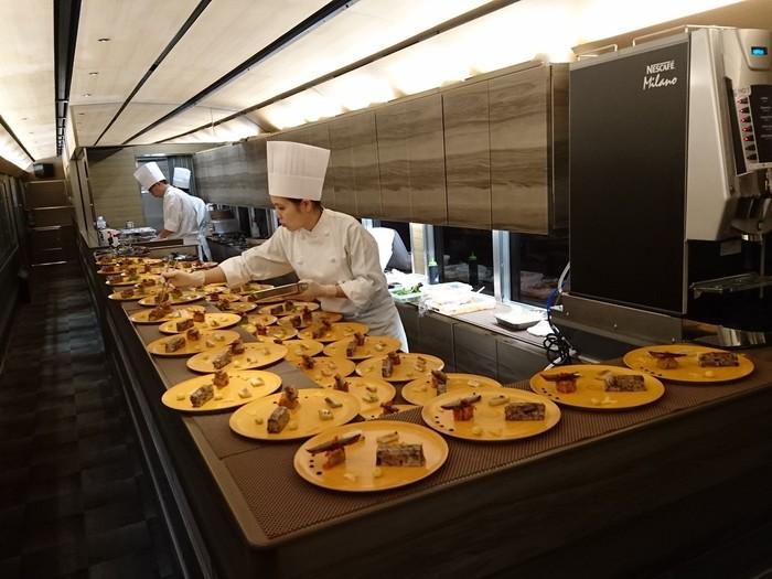 キッチン車両はオープンキッチンスタイル。調理している様子を見ることができます。