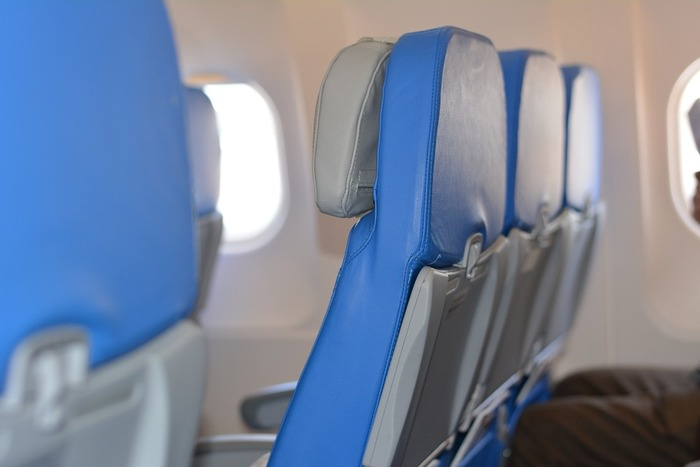 飛行機のエコノミーシートだと、眠っている際途中に隣の人がお手洗いにいく際に起こされたり、自分がお手洗いに立つ際に他の人に席を立ってもらうようお願いすることもありますよね。  ですが、通路側では隣席の人に気を遣わずとも好きな時に席を立てます。  また、座席が狭い時に足がしんどくなった際も、深夜など通路にあまり人が歩いていない時間帯は通路に足を伸ばしてもそこまで邪魔になりませんね。
