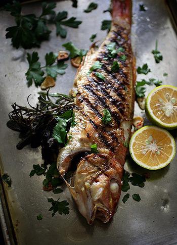 お腹にたっぷりハーブを詰めた魚のグリル。焼き目をしっかり付けるのがポイントです。煙がでるので換気をしっかりしてくださいね。