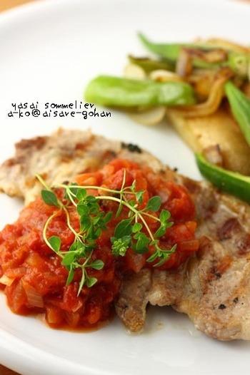 豚肉をカリッと焼いたものにガーリックトマトソースを添えて。豚肉は叩いて柔らかくしておくのがポイントです。