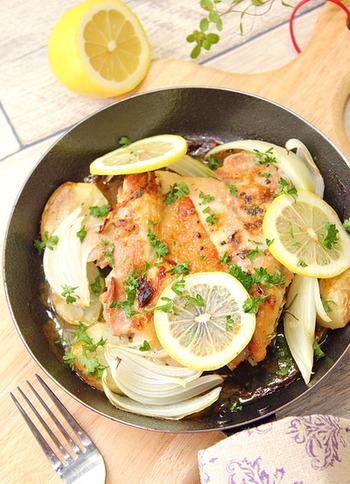 タレに漬け込んでおいた鶏もも肉をグリルパンに載せたら、魚焼きグリルへ。見た目もおしゃれなメニューなので、そのままテーブルに出すと食卓が華やぎますね!