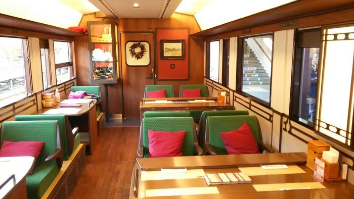 1号車は「茜の章」と名付けられています。その内装は、4名用のボックスシートと、2名用の対面シート。よく見ると、座席は座椅子の畳席です。床や壁面、窓枠なども木造で和の心を感じる設えです。