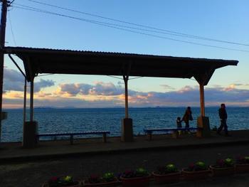 4編いずれも、途中の下灘(しもなだ)駅で約10分停車します。下灘駅は小さな無人駅ですが、映画などのロケ地にも何度も使われた、絶景で有名な駅。ホームのすぐ下は海で、殊に夕日の時間には海に沈む感動的な景色が見られます。ぜひその目に焼き付け、写真に収め、思い残すことのないよう絶景を堪能しましょう。