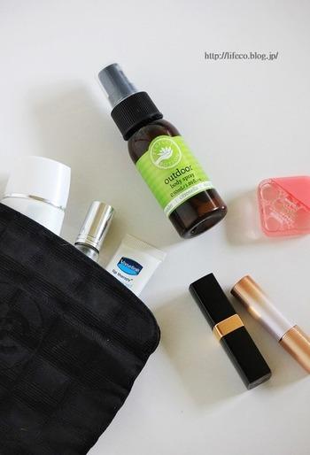 機内ではお肌や髪の毛の乾燥も気になりますよね。  もちこんでおくべきアイテムとしては。  ・ヘアミスト(洗い流さないトリートメント) ・目薬(乾燥すると成分が結晶となりやすいため、なるべく涙に近い成分のものを) ・化粧水ミスト ・ハンドクリーム ・リップクリーム  など。  筆者は馬油やワセリンを持ち込み、ヘアクリームや化粧水、ハンドクリーム、リップクリームなどの代わりにしています。 荷物を減らしたい方にはワセリンや馬油、マルチバームなどもおすすめですよ。