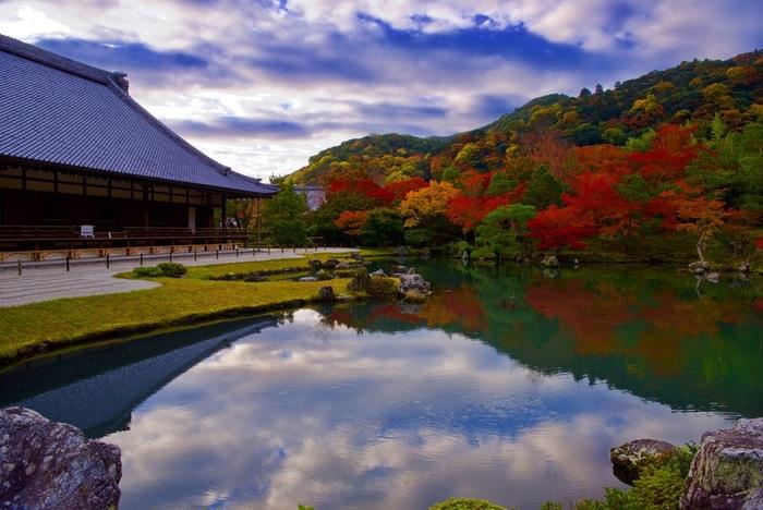 日本で初めて史跡・特別名勝に指定されたのが、この「曹源池庭園(そうげんちていえん)」です。庭園の中心にある曹源池をぐるっと歩いて回れる造りになっています。天龍寺では、美しい景色を眺めながらの座禅会や写経が定期的に行われています。参加される場合は、日程や予約の有無を確認しておきましょう。