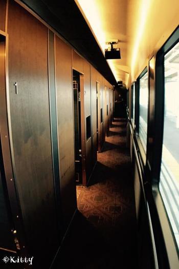 列車はコンパートメント個室車両、ライブキッチンスペース車両、オープンダイニング車両の3両編成。 個室車両の廊下は重厚な雰囲気で、まるで欧米の高級列車か歴史あるホテルのようです。いつもと違った「列車の旅」の時間が流れ始めるのを感じます。