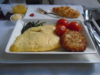 旅のお楽しみといえば、「機内食」ですよね♪  航空会社や路線によってさまざまなメニューが楽しめるのが魅力ではありますが、フライトの時間帯によって真夜中や早朝などに機内食が提供されることも。  日本で食事をとらない時間帯に機内食が提供された場合は、無理せずパスしておくと、胃もたれを防ぐことができますね。