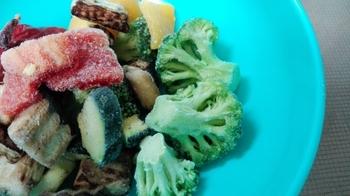 ところが、市販の冷凍野菜は解凍しても美味しいままいただけます。なぜなら冷凍食品を作る工場では業務用の冷凍庫を使い、マイナス40度くらいの温度で一気に急速凍結できるので、野菜の栄養を損なうことなく冷凍保存できるからなんです。急速に凍結させることで野菜の味や食感の変化を抑えることができます。