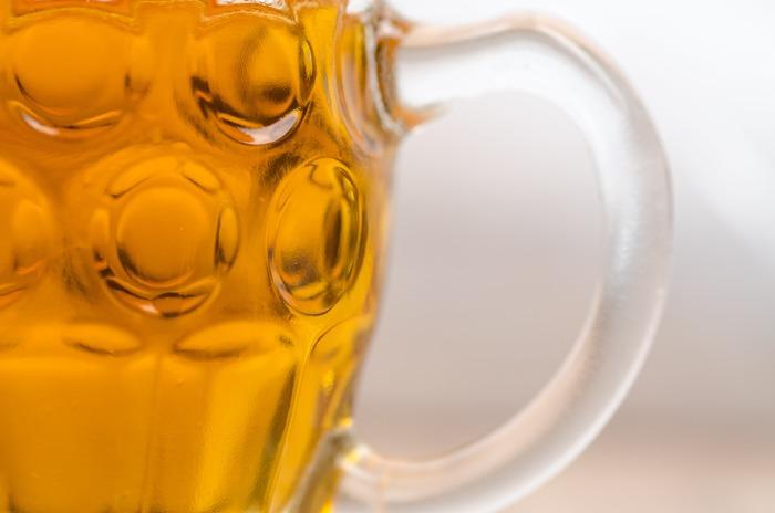 実は地上でアルコールを飲むのと機内でアルコールを飲む場合とでは、機内のほうが酔いが回りやすいといわれています。  アルコールに弱めの方やお酒に酔いやすい方はなるべく控えておいた方が良いでしょう。