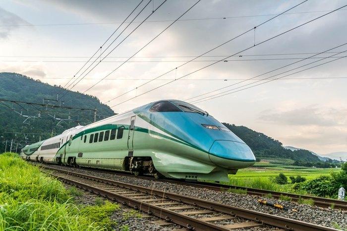 最後に紹介するのは、新幹線初のリゾート列車です。JR東日本の山形エリアを走る新幹線で、福島と新庄を結ぶ区間を運行します。最上川をイメージしたブルーを先頭に、山形の主峰・月山をモチーフにしたグリーンで彩られています。