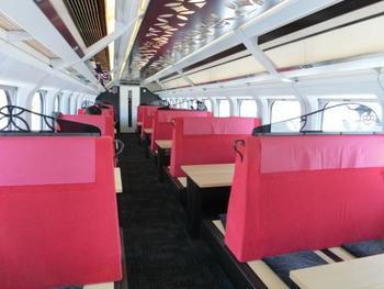 座席もとても個性的。「語らいの間」と名付けられたお座敷指定列車は、畳座席です。カバ材の大きなテーブルで、ゆったりと気ままな時を過ごせる空間です。